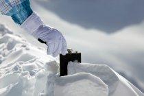 Až 80 % Čechů přiznává, že se na lyžích posilňuje alkoholem